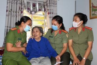 Thăm, tặng quà các Mẹ Việt Nam anh hùng