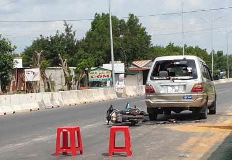 Xe máy không làm chủ tay lái tông bể kính xe ô tô tập lái