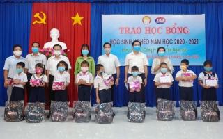 Trao 100 suất học bổng cho học sinh ở xã Phan