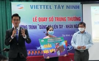 """Viettel Tây Ninh quay số trúng thưởng chương trình """"Đăng ký liền tay- Nhận ngay quà hay"""""""