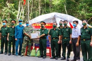 Quân khu 7: Thăm, tặng quà lực lượng chống dịch Covid-19 tại Tây Ninh