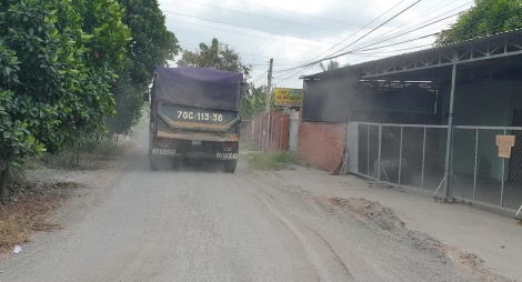 Né trạm cân, xe tải chạy vào đường dân sinh gây hư hỏng