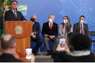Tổng thống Brazil nói nhà báo dễ chết vì Covid-19