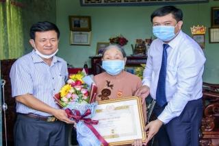 Tân Châu, Hòa Thành: Trao Huy hiệu 60, 55, 40 và 30 tuổi Đảng cho đảng viên