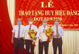 Hoà Thành: Trao huy hiệu Đảng đợt 2.9