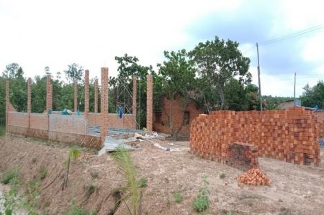 Dang dở những ngôi nhà xây dựng trái phép