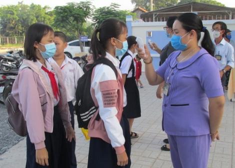 Học sinh dự khai giảng trong phòng học