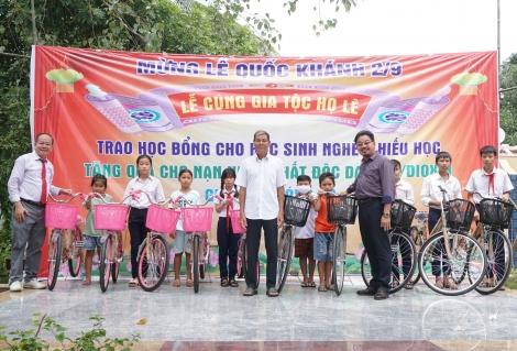 Tặng bằng khen cho dòng họ Lê ở xã Tiên Thuận