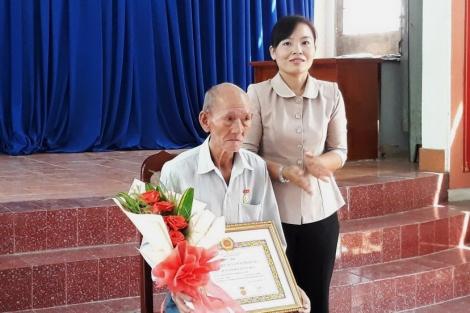 Thành uỷ Tây Ninh: trao Huy hiệu 55 tuổi Đảng ở xã Bình Minh
