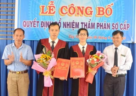 Trao quyết định bổ nhiệm hai thẩm phán sơ cấp tại TAND huyện Tân Châu