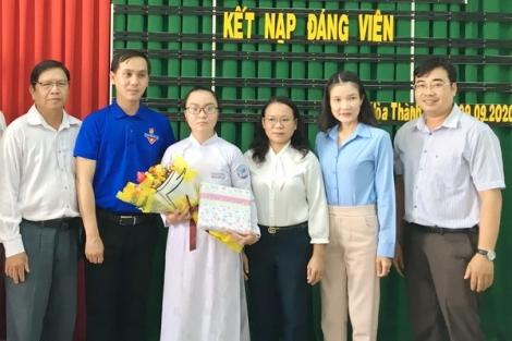 Học sinh thứ 8 được kết nạp vào Đảng