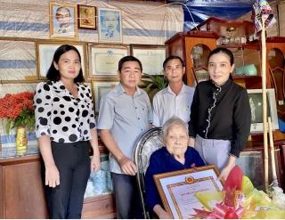 Châu Thành: Trao huy hiệu 50 năm tuổi Đảng