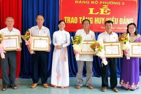 Trao Huy hiệu Đảng cho đảng viên phường 3