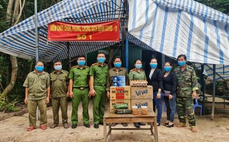 Thăm, tặng quà các chốt kiểm soát, phòng, chống dịch Covid-19 tuyến biên giới