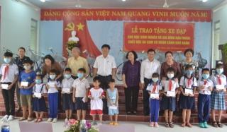Vận động, tặng quà cho học sinh nghèo và gia đình nạn nhân da cam khó khăn