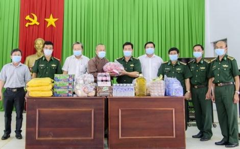 Chùa Phước Thành tặng quà các đồn biên phòng tại huyện Tân Châu