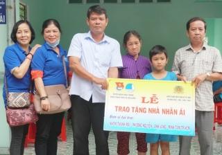Tặng nhà Nhân ái và quà Trung thu ở xã Hảo Đước