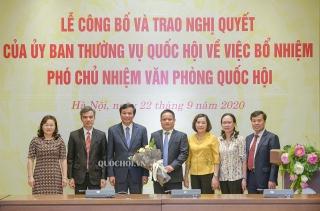 Trao Nghị quyết bổ nhiệm đồng chí Vũ Minh Tuấn làm Phó Chủ nhiệm Văn phòng Quốc hội