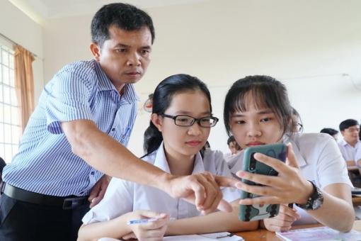 Học sinh sử dụng điện thoại trong lớp học: Cần có sự định hướng của giáo viên