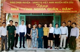 """Bến Cầu tặng nhà """"Tình nghĩa Quân-Dân"""" tại xã Tiên Thuận"""