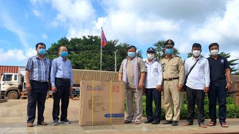 Trao xe lăn cho Hội Chữ thập đỏ Tboung Khmum