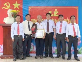Thị uỷ Trảng Bàng trao huy hiệu Đảng tại xã Phước Bình