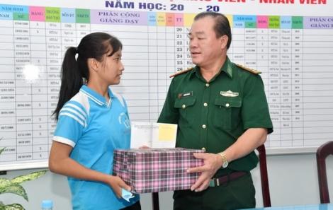 Đồn biên phòng CKQT Mộc Bài tặng quà trung thu cho thiếu nhi biên giới