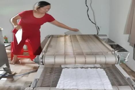 Nướng bánh tráng phơi sương bằng máy