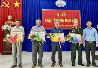 Trao Huy hiệu 55, 50, 40 và 30 năm tuổi Đảng cho 7 đảng viên