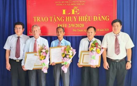 Trảng Bàng: Trao tặng Huy hiệu Đảng cho đảng viên tại xã Đôn Thuận