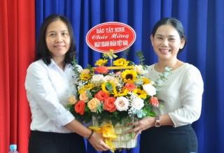 Báo Tây Ninh thăm, chúc mừng các doanh nghiệp
