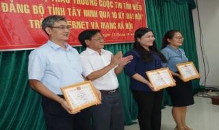 """Trao thưởng cuộc thi tìm hiểu """"Đảng bộ tỉnh Tây Ninh qua 10 kỳ Đại hội"""""""