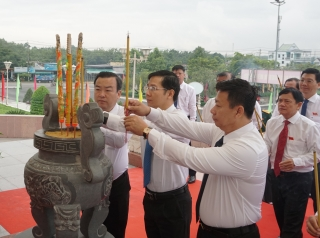 Đoàn đại biểu dự Đại hội viếng Đài tưởng niệm Anh hùng Liệt sĩ