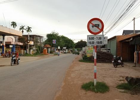 """""""Né"""" giờ cấm,  xe tải chạy vào đường dân cư"""