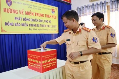 Phòng CSGT Công an tỉnh ủng hộ đồng bào lũ lụt miền Trung