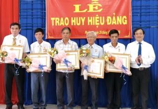 Thành ủy Tây Ninh tặng Huy hiệu Đảng cho 25 đảng viên
