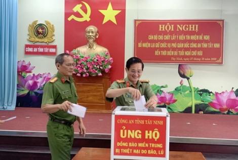 Công an tỉnh quyên góp ủng hộ người dân miền Trung