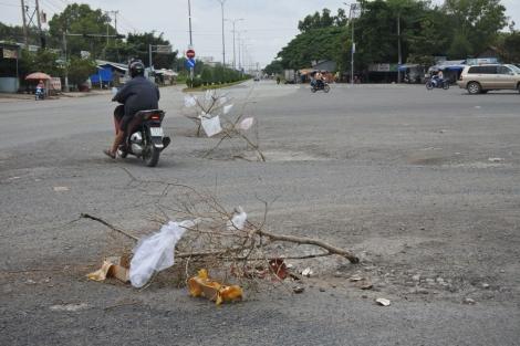 Người dân làm chướng ngại vật cảnh báo tai nạn giao thông
