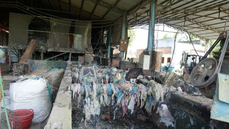 Một cơ sở thu mua, sơ chế nhựa nylon chưa bảo đảm vệ sinh môi trường