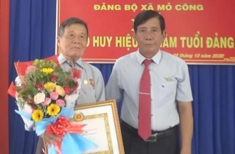 Tân Biên: Trao tặng Huy hiệu 60 tuổi Đảng tại xã Mỏ Công