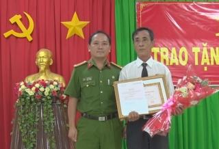 Trao Huy hiệu 45 tuổi Đảng tại xã Tân Bình