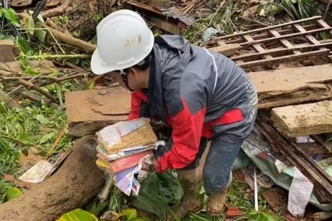 Chùm ảnh: Sách vở học sinh chôn vùi ở Trà Leng