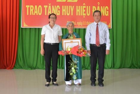 Tân Châu trao tặng huy hiệu 50 năm tuổi Đảng tại xã Tân Phú