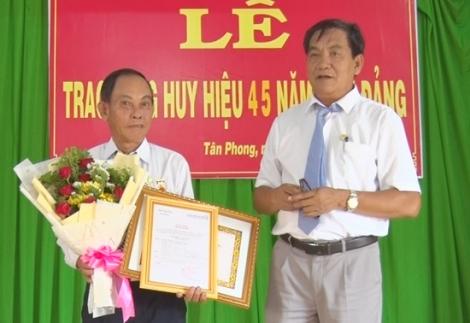 Tân Biên: Trao Huy hiệu 45 năm tuổi Đảng cho đảng viên tại xã Tân Phong