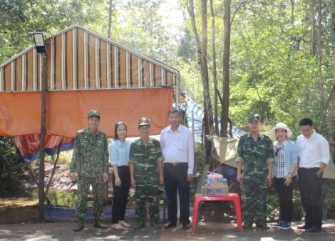 Công đoàn Sở Ngoại vụ thăm, tặng quà các chốt phòng chống dịch Covid-19