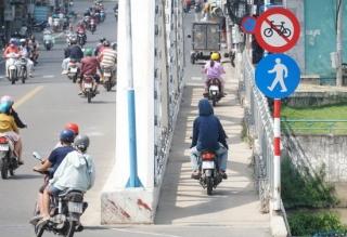 Vẫn còn vi phạm giao thông trên cầu Quan