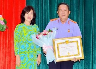 Phó Viện trưởng VKSND tỉnh Nguyễn Văn Mong nhận huy hiệu 30 tuổi Đảng