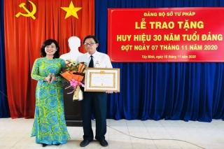 Trao Huy hiệu 30 năm tuổi Đảng cho Phó Giám đốc Sở Tư pháp