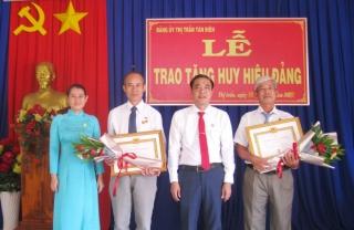Trao huy hiệu 40 và 30 tuổi Đảng cho đảng viên thị trấn Tân Biên