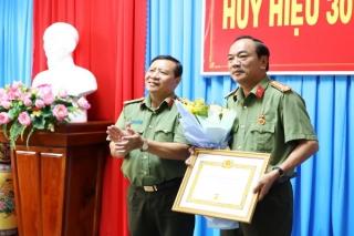 Công an tỉnh: Trao tặng Huy hiệu 30 năm tuổi Đảng cho đảng viên Phòng An ninh đối nội